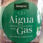 Agua mineral natural con gas
