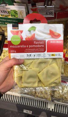 Ravioli à la mozzarella et à la tomate