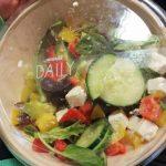 Salade mêlée avec fromage grec en saumure et olives